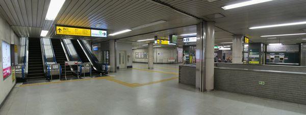 西口地下4階コンコース。右億は都営新宿線馬喰横山駅乗り換え専用改札。