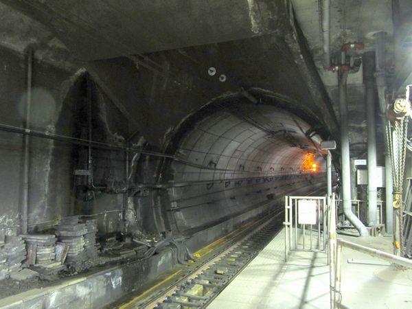 ホーム先端はトンネル換気口になっており、天井にノズルが付いている。