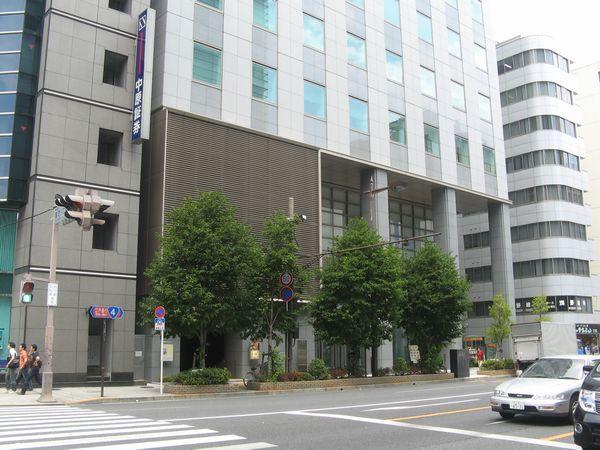 東短室町ビル。左下に換気口(給気口)と出口4がある。