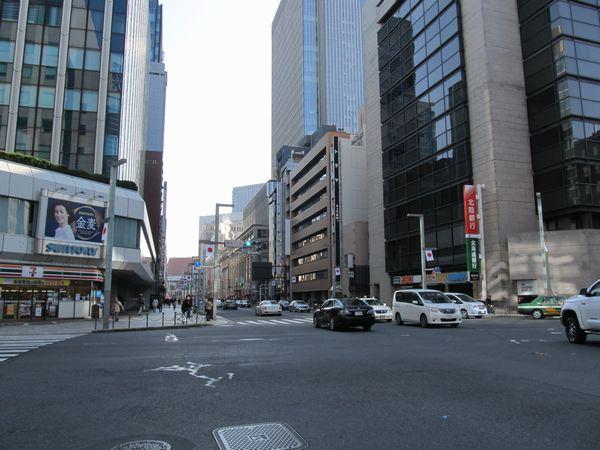 室町3丁目交差点から銀座方面を見る。