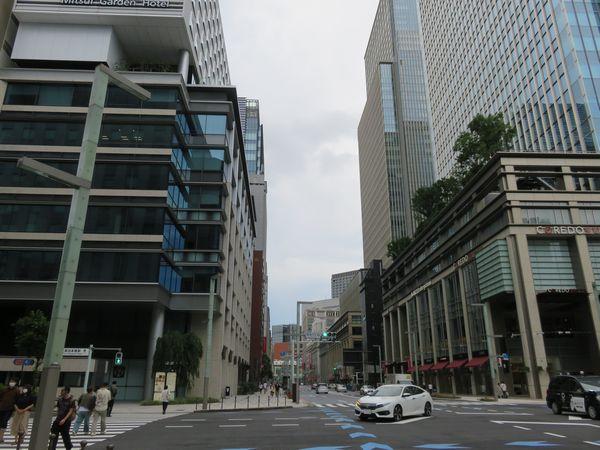 現在の室町3丁目交差点。周辺のビルは再開発が行われ、超高層ビルに変貌を遂げた。