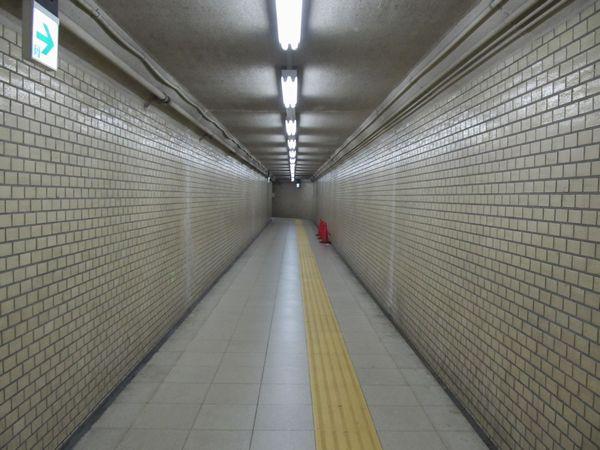 出口5に向かう通路は狭い。