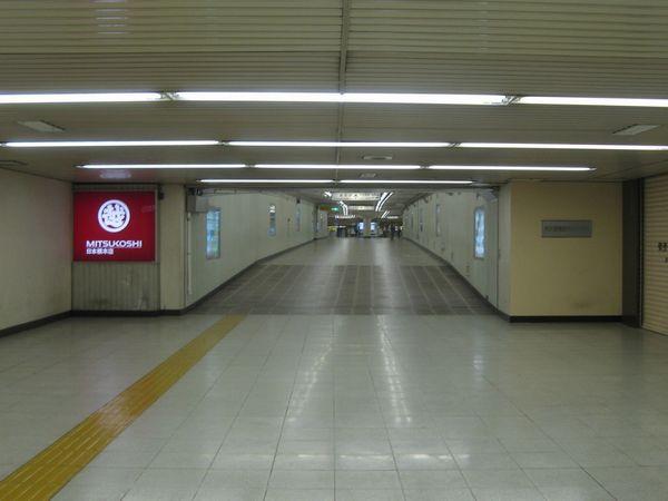 東京メトロ銀座線三越前駅へ通じる通路。