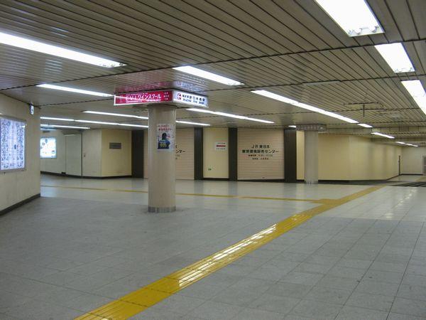 東京メトロ銀座線との交差部分は床が高くなっている。正面のシャッターの部分には改札口を設ける計画があった。