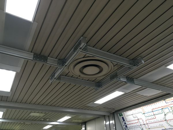 2017年頃に設置された天井補強用のアルミフレーム