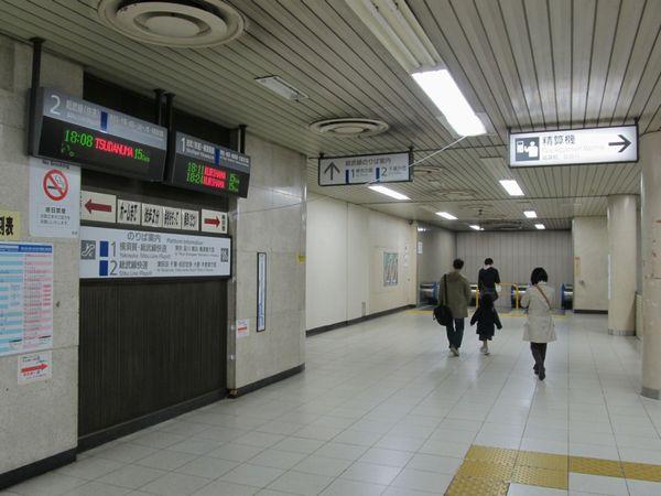 改札を入ると両側に地下3階へ向かうエスカレーターがある。