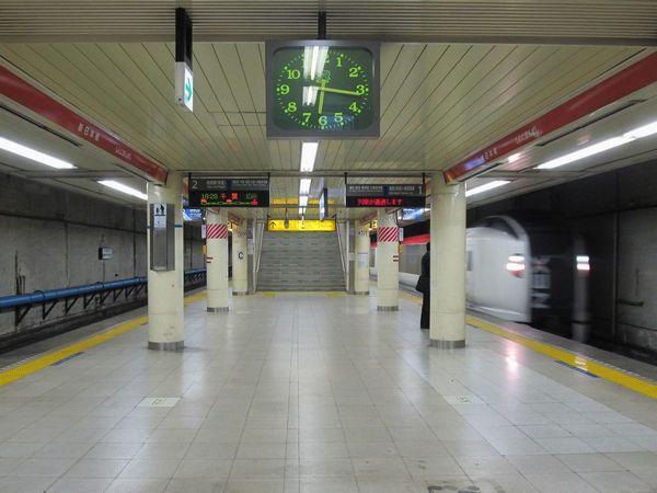 地下4階のホーム。上下線とも完全な直線である。