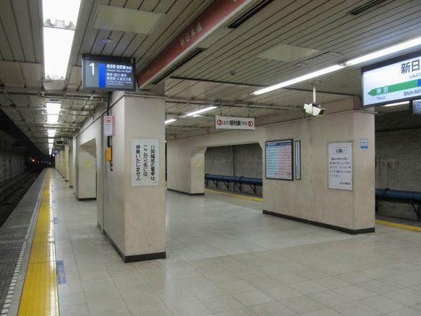 銀座線交差部分は鋼管柱ではなくコンクリート壁になっている。
