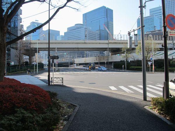 新常盤橋交差点から東京駅方向を見る。