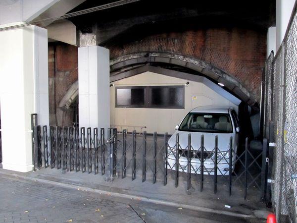 大手町高架橋のレンガアーチ。室町トンネル建設時に取り付けられた補強用の鋼製アーチが残されている。