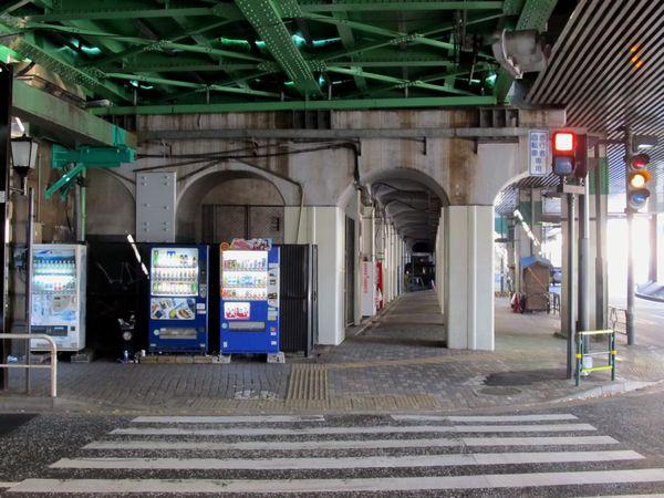 大手町高架橋のコンクリート高架橋は上野東京ラインへの転用にあたり鋼板による耐震補強が行われた。