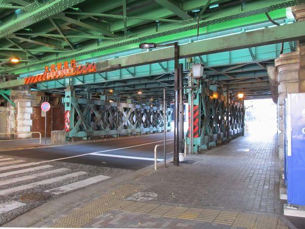 常盤橋架道橋。支柱どうしをつなぐX字型の補強材は室町トンネル建設時に追加されたもの。