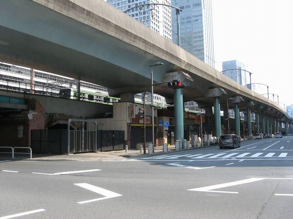 高架橋西側は中央線が重層化され風景が一変している。