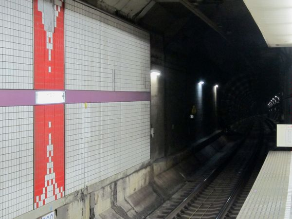 東京メトロ半蔵門線大手町駅ホーム端から押上方面を見る。室町トンネルをアンダーパスするため35‰の急勾配で下っている。