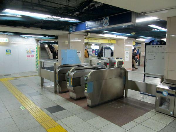 東京メトロ東西線大手町駅東改札口。奥に東京駅総武地下コンコースへ通じる通路が伸びている。