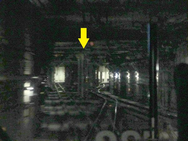 総武快速線上り列車から見た銭瓶トンネル。矢印の部分が東西線との交差部分で線路間に壁がある。