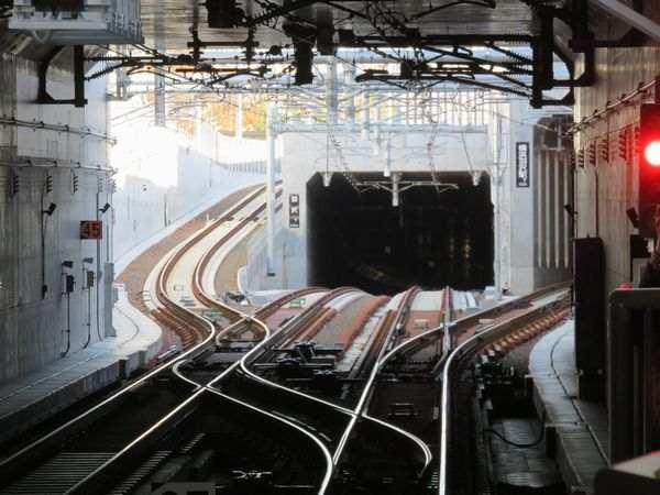 (再掲)羽沢横浜国大駅から相鉄新横浜線とJR直通線の分岐部分を見る。直進する新横浜線はトンネルに入って数十mのところで線路が途切れておりそこから先は工事が続いている。