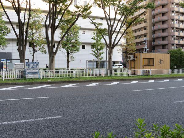 新横浜駅から遠く離れた環状2号線分離帯上に設けられた相鉄新横浜線の工事エリア。