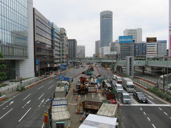 新横浜駅北口を通る環状2号線。相鉄・東急新横浜線の駅はこの下に設けられる。