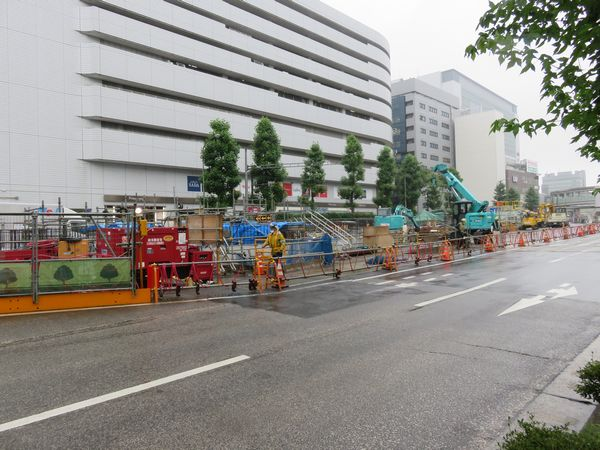 日吉寄り駅端の環状2号線中央分離帯内で進む換気口の構築