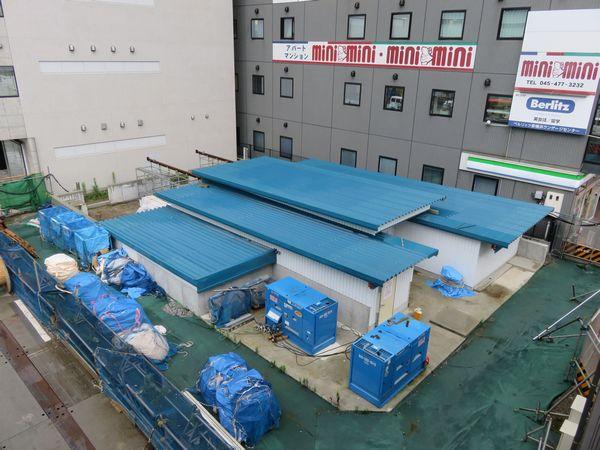 新横浜駅入口交差点北側で構築中の市営地下鉄第5出入口(仮設の屋根を設けて搬入口として使用中)