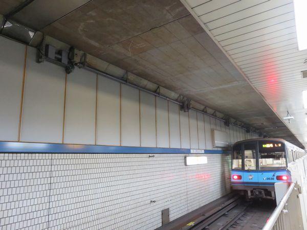市営地下鉄線路階の壁に設置された沈下観測機器(トンネル壁と天井の境目にあるパイプ状の物体)