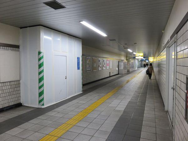 新横浜線の駅との接続工事が始まって間もないころの市営地下鉄コンコース。