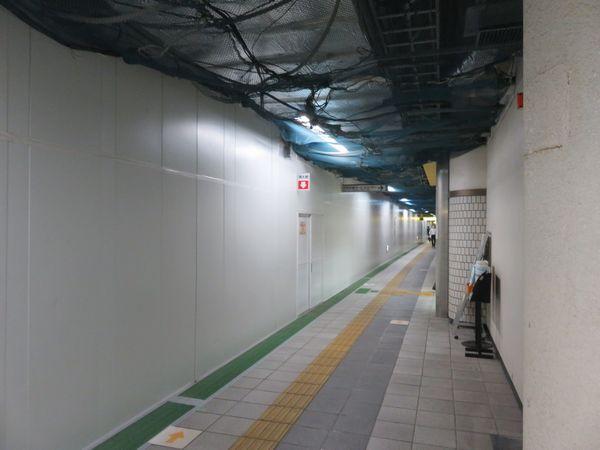 同じ場所の2020年7月15日の様子。防護板の向こうは壁が撤去されており音が反響していた。