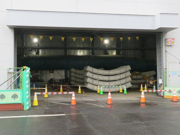 新綱島駅端に設けられた新横浜トンネルの発進立坑。建屋内部にコンクリート製のセグメントが積まれている。