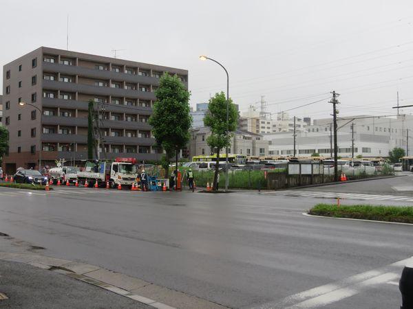 1回目の陥没地点(横浜市営バス港北車庫前)。