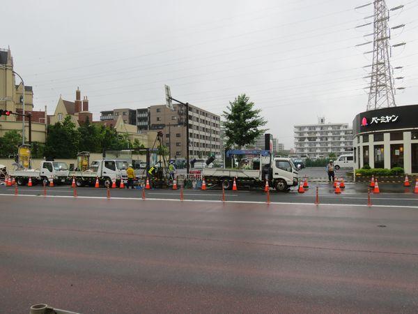2回目の陥没地点(バーミヤン新横浜店前)。ボーリング調査と空洞注入が行われている。