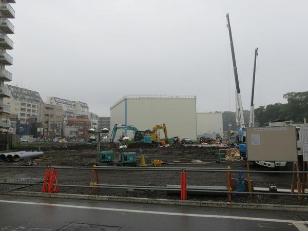"""新綱島駅の現在の状況。地下でトンネルの構築が進められているが、建屋があるため見えない。"""""""""""