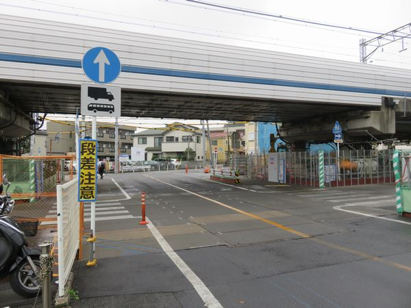 綱島トンネルのシールドマシン回転立坑が設けられている日吉第三架道橋。立坑は道路のサイズを超えるため一部が左手前のすし銚子丸日吉店の敷地に食い込んでいる。