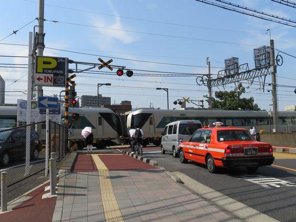 今回高架化対象となったとうきょうスカイツリー~曳舟間にある桜橋通りの踏切。特急「リバティ」が通過中。