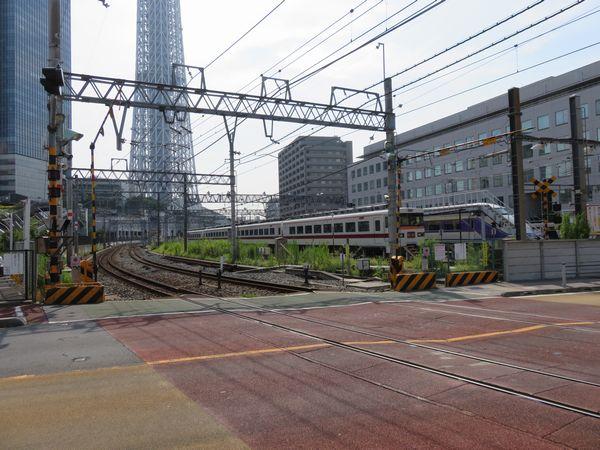踏切の隣には浅草駅発着の特急車両が使う留置線がある。
