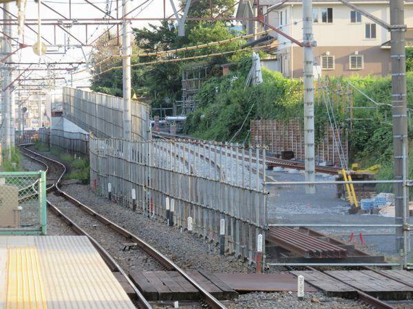 ホーム端から柏方面の高架橋アプローチ区間を見る。坂の途中で単線に合流しているのがわかる。