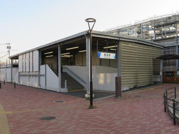 柏寄りのホーム端にある仮駅舎。