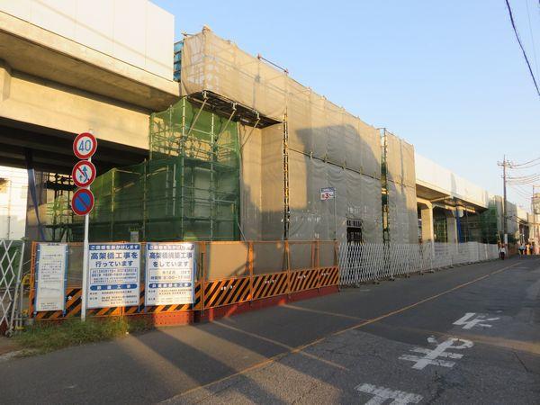 愛宕駅前から見た建設中の高架橋。