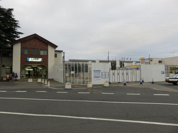 仮駅舎建設のため右半分が取り壊された野田市駅駅舎。
