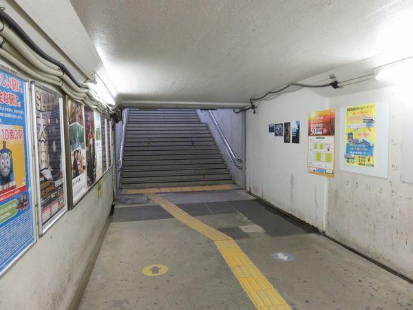 仮駅舎の先は既存の地下通路につながる。右の壁の色が違う部分が旧1番線ホームに通じていた階段跡。