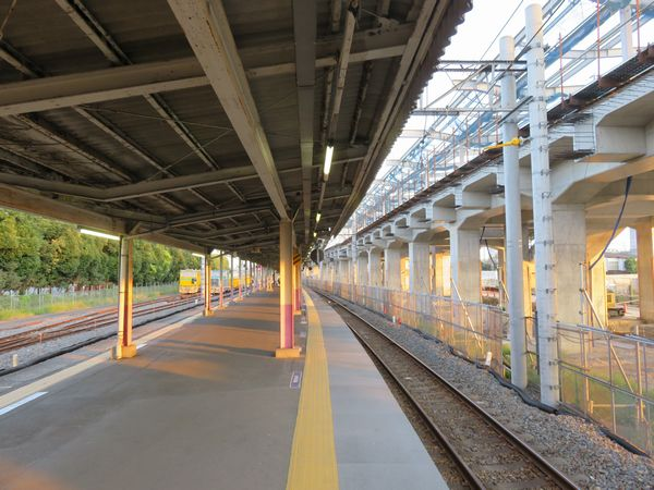 高架橋の建設が進む今年10月の野田市駅構内。