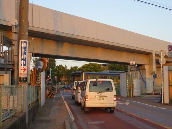 同じ場所の今年10月の状況。完成した橋脚の上にコンクリート製の橋桁が架けられた。