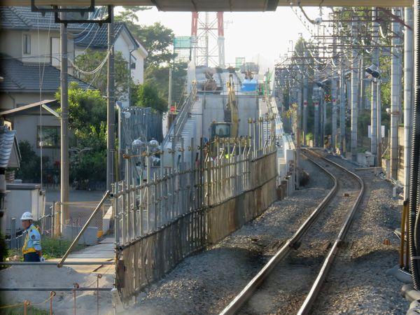 同じ場所の今年10月の状況。高架橋へ上るスロープが完成しつつある。
