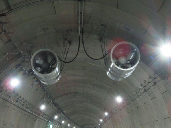 首都高速神奈川7号横浜北線のシールドトンネル天井に設置されたジェットファン。縦流換気の補助として本坑内の数箇所に設置される。