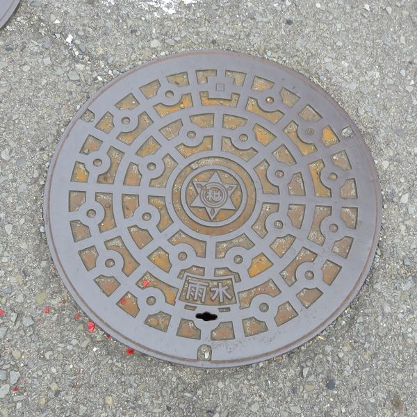 和歌山市のマンホール(幾何学模様)
