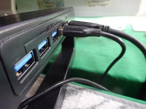 「USBコードを下向きにしてスッキリとしてみました!」②