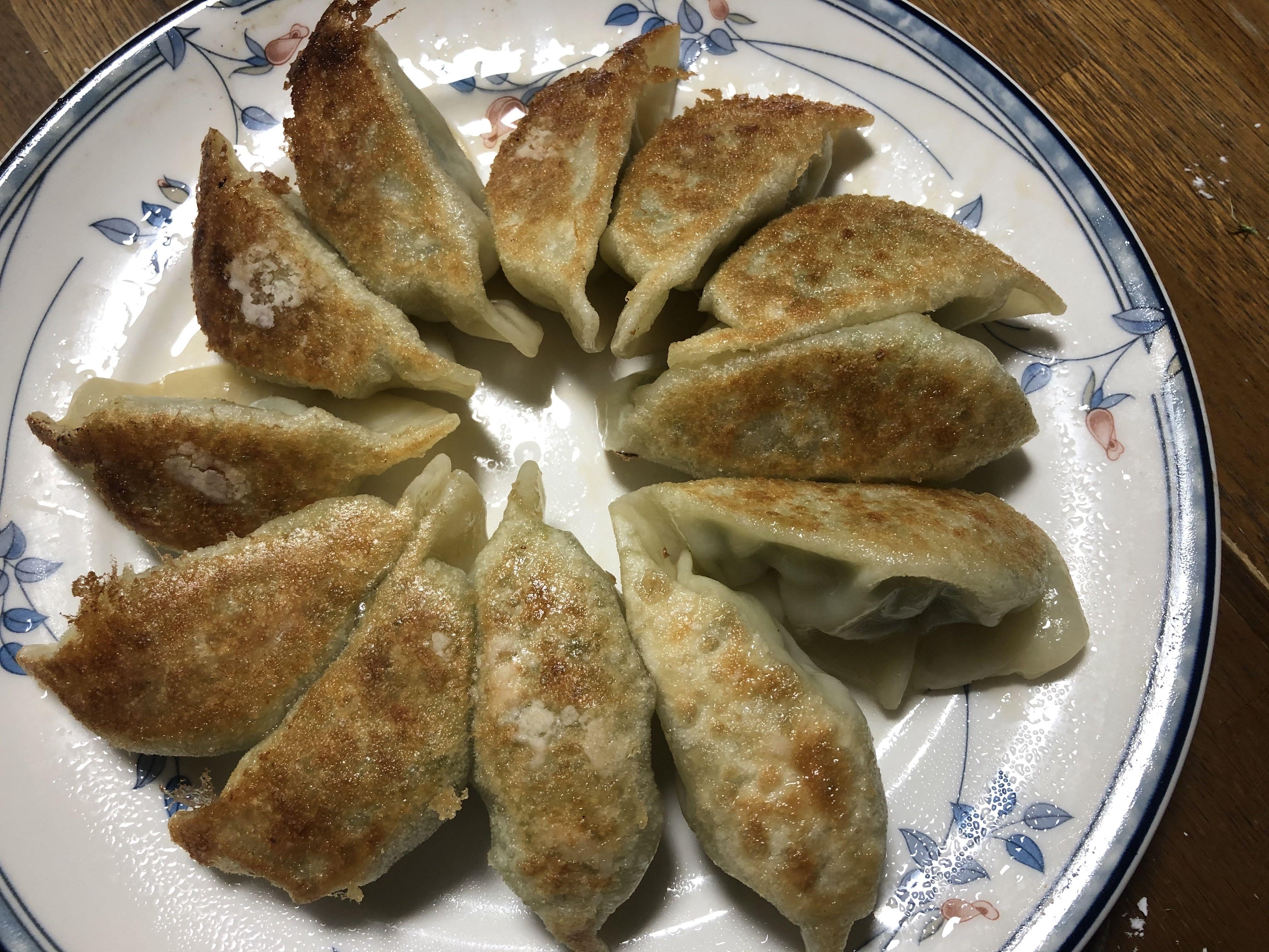 麺テイスティング・カフェショップ MENSTAで販売中の餃子の皮調理例