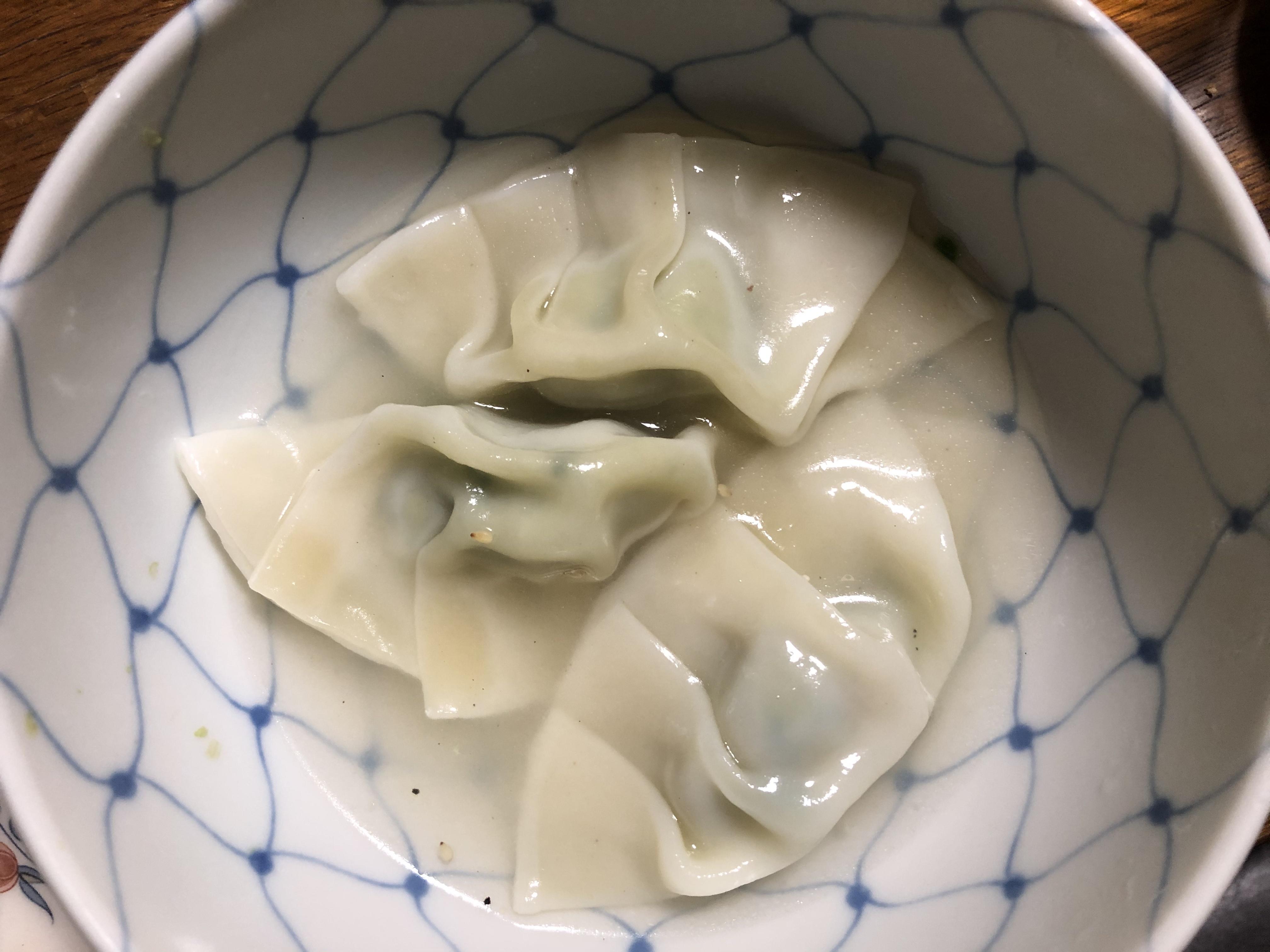 麺テイスティング・カフェショップ MENSTAで販売中の餃子の皮調理例2