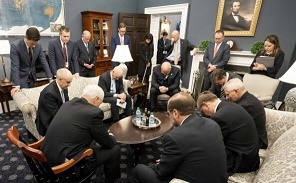 ホワイトハウスでも祈り 新型コロナウイルスの脅威