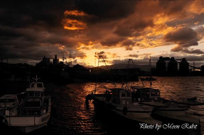夕焼けの漁船 西条漁港 愛媛県西条市北浜北